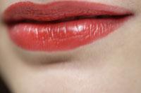 20代白人女性の赤い口紅をつけた口元