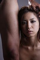 20代日本人女性と男性の足元のビューティーイメージ 30018001437| 写真素材・ストックフォト・画像・イラスト素材|アマナイメージズ
