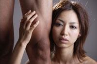 20代日本人女性と男性の足元のビューティーイメージ 30018001438| 写真素材・ストックフォト・画像・イラスト素材|アマナイメージズ