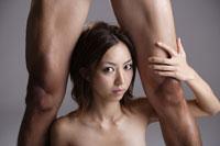 20代日本人女性と男性の足元のビューティーイメージ 30018001439| 写真素材・ストックフォト・画像・イラスト素材|アマナイメージズ