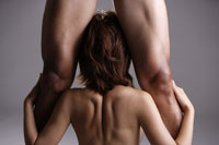 20代日本人女性と男性の足元のビューティーイメージ