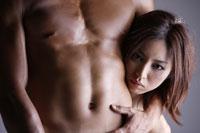 20代日本人女性と男性の腹部のビューティーイメージ