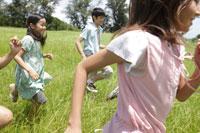草原を走る子供達