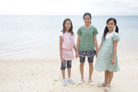 浜辺に立つ女の子達
