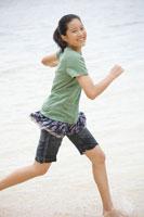 海辺を走る女の子