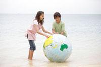 海辺の子供達と地球儀