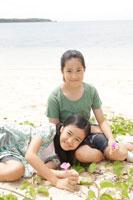 海辺でくつろぐ少女達