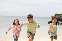 浜辺を走る子供達
