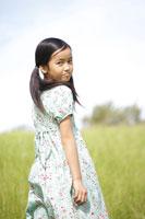 草原で振り返る女の子