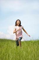 草原を走る女の子