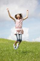 草原でジャンプする女の子