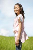 草原に立つ女の子