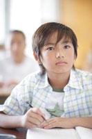 教室で勉強する小学生の男の子