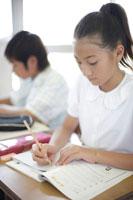 教室で勉強する小学生達