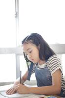 教室で勉強する小学生の女の子