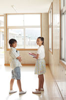 学校の廊下の小学生達