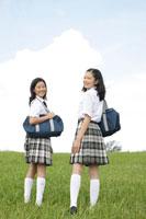 草原に立つ中学生の女の子達