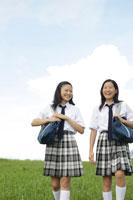 草原を歩く中学生の女の子達