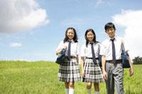 草原を歩く中学生達