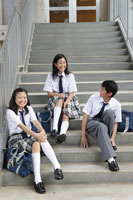 学校の階段に座る中学生達