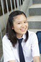 階段に座る中学生の女の子