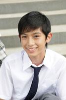 階段に座る中学生の男の子