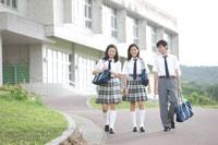 歩く中学生達 30018001625| 写真素材・ストックフォト・画像・イラスト素材|アマナイメージズ