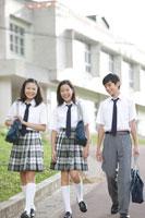 歩く中学生達 30018001626A| 写真素材・ストックフォト・画像・イラスト素材|アマナイメージズ