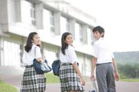 歩く中学生達 30018001627| 写真素材・ストックフォト・画像・イラスト素材|アマナイメージズ