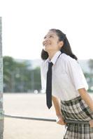 鉄棒をする中学生の女の子