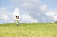 草原を走る少女