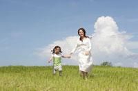 草原を走る母と娘 30018001643| 写真素材・ストックフォト・画像・イラスト素材|アマナイメージズ