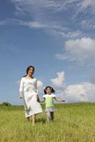 草原を歩く母と娘