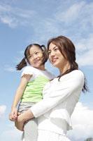 娘を抱っこする母 30018001647| 写真素材・ストックフォト・画像・イラスト素材|アマナイメージズ