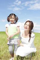 草原で笑う母と娘