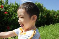 屋外にいる笑顔の男の子
