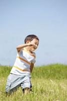 草原で走る男の子