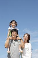 肩車される娘と両親