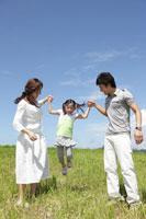 ジャンプする娘と手をとる両親 30018001676| 写真素材・ストックフォト・画像・イラスト素材|アマナイメージズ