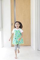 廊下を走る少女