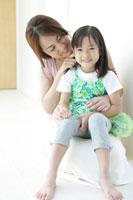 娘を抱っこする母 30018001686A| 写真素材・ストックフォト・画像・イラスト素材|アマナイメージズ