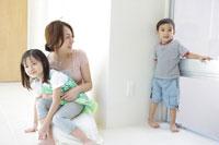 娘を抱っこする母と息子