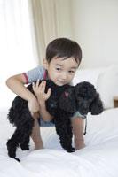 犬とくつろぐ男の子