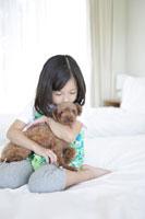 犬を抱っこする女の子 30018001706| 写真素材・ストックフォト・画像・イラスト素材|アマナイメージズ