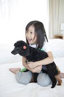 犬を抱っこする女の子