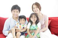 ソファーでくつろぐ家族 30018001723| 写真素材・ストックフォト・画像・イラスト素材|アマナイメージズ
