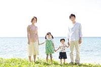 海辺に立つ家族