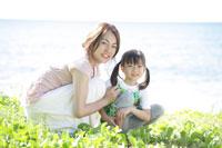 海辺の母と娘