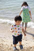 海辺の男の子と女の子