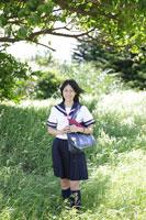 木陰に立つ女子高生